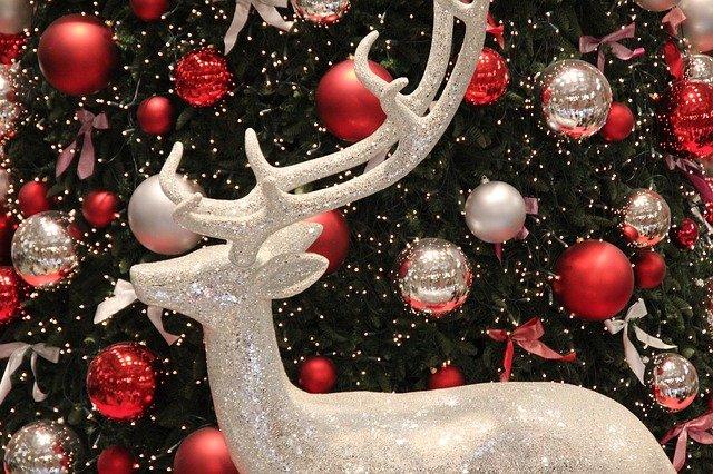 Jak ubrać choinkę na Święta? Duet bomek