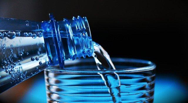Dzbanki filtrujące a butelkowana woda